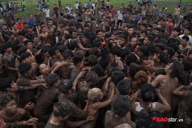 Tại lễ hội, chỉ có người dân các thôn xóm trong làng mới được tham gia tranh cướp 3 quả phết Dù ngày 28/2 mới là chính hội nhưng phần tranh cướp phết ngày hôm nay đã thu hút hàng nghìn người đến tham dự.