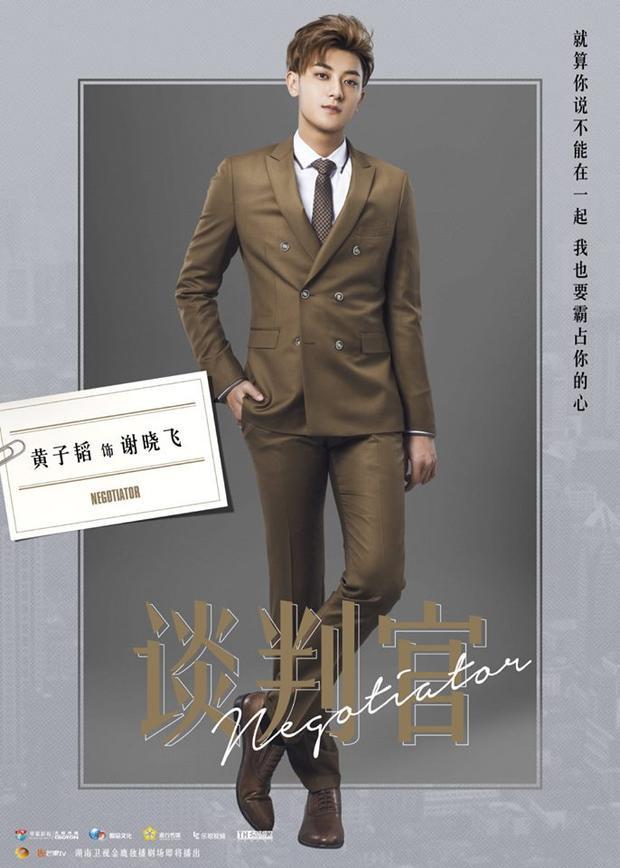 """TAO thủ vai cậu ấm Tạ Hiểu Phi trẻ con nhưng đáng yêu trong """"Người đàm phán""""."""