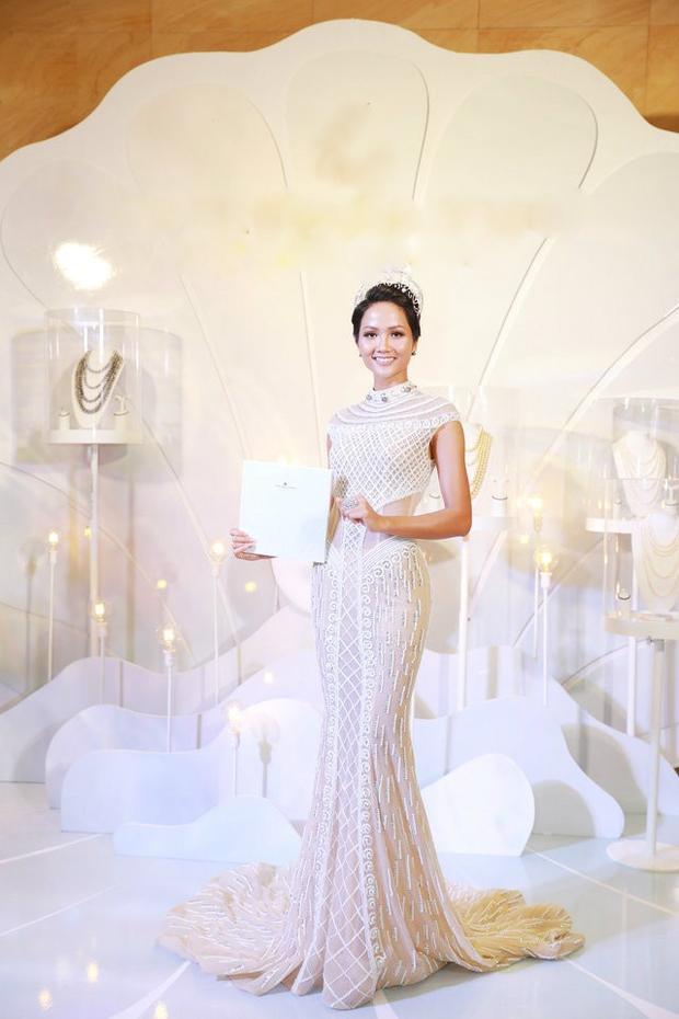 Tại phần lớn các sự kiện cô tham gia, những bộ cánh dạ hội trắng rất được lòng người đẹp. Thiết kế và màu sắc không có gì để bàn cãi. Nhưng hãy khai thác một cách có giới hạn.