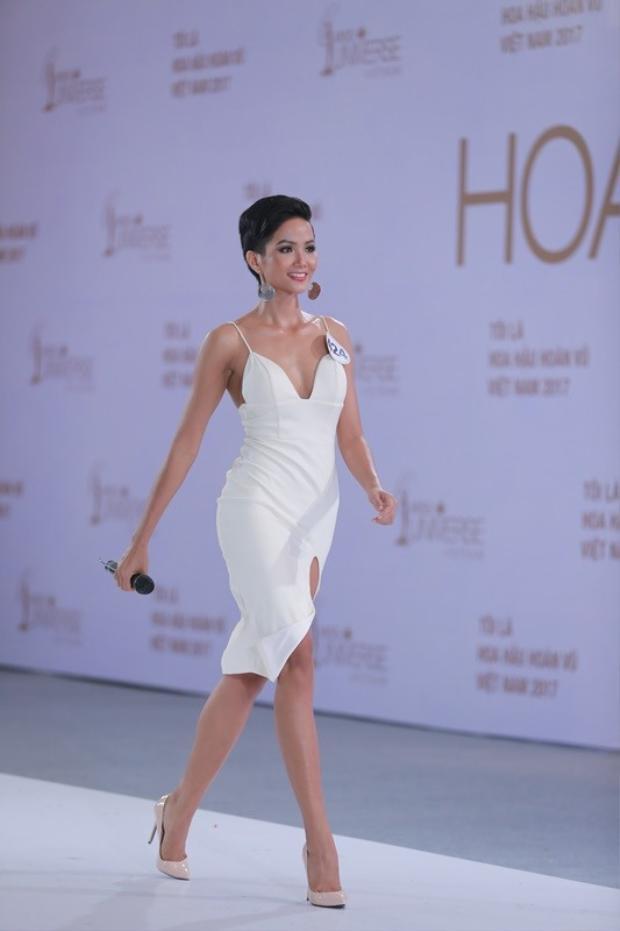 Trong quá trình tham gia HHHV Việt Nam, khán giả thường xuyên thấy người đẹp diện những thiết kế màu trắng.