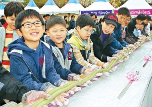 Các em học sinh cùng nhau làm bánh gạo sợi dài với hy vọng một cuộc sống dài lâu và hạnh phúc.