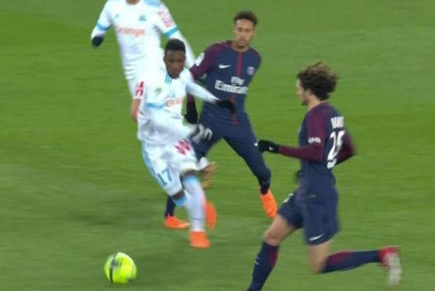 Tình huống va chạm dẫn tới chấn thương của Neymar.