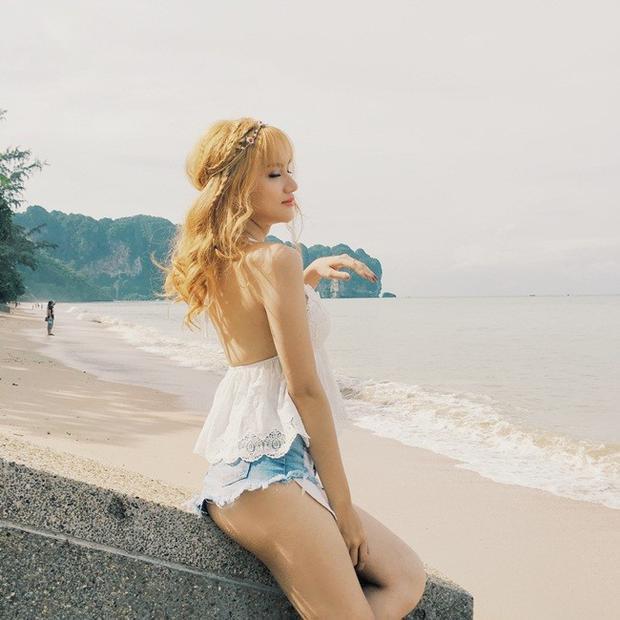 Tóc tết kiểu công chúa mang đến cho Hương Giang nét đẹp mong manh đầy lãng mạn. Người đẹp chọn kiểu tóc này cho đôi lần đi biển.