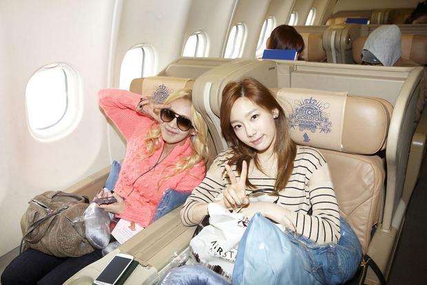 Phải tiếp fan ngay cả trên máy bay, những chàng trai/cô gái này sẽ không thể nghỉ ngơi thoải mái.