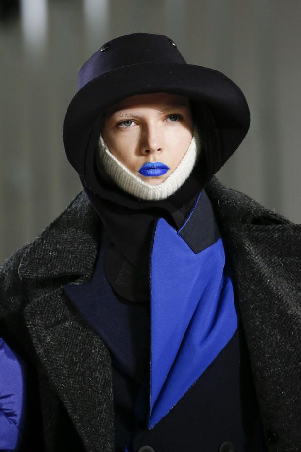 Ngoài tím, tông màu xanh chuyển sắc cũng được nhà mốt sử dụng để làm điểm nhấn trên khuôn mặt người mẫu.