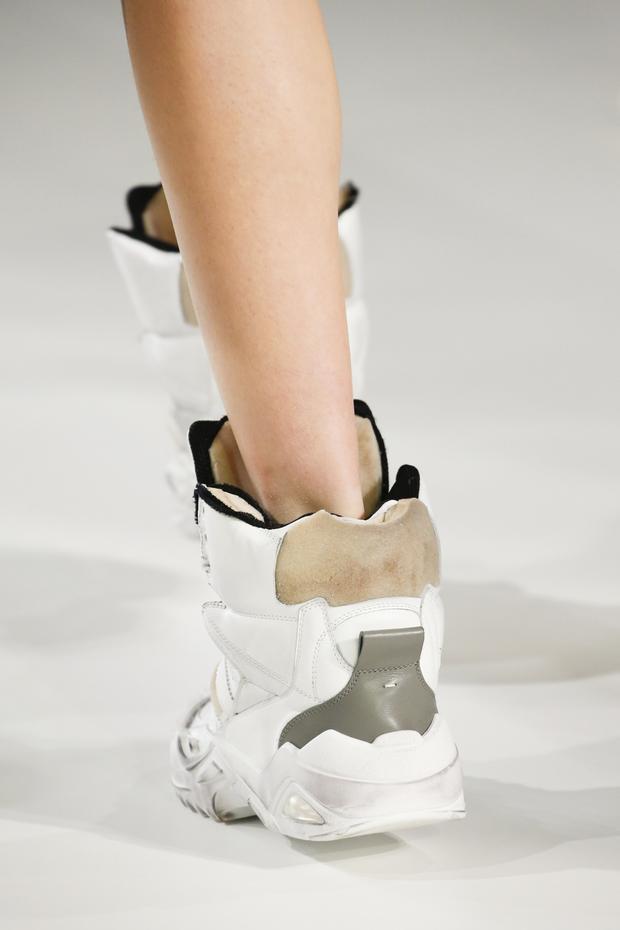 Bỏ qua giày cao gót kiêu kì, NTK Galliano xỏ chân dàn người mẫu vào những đôi sneaker hầm hố, với phần đế thô kệch.