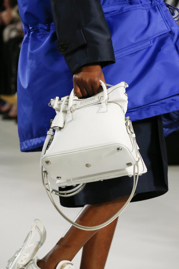 Ngoài ra, trong BST còn có sự xuất hiện của những chiếc túi xách dạng hộp, mang dáng dấp IT bag…