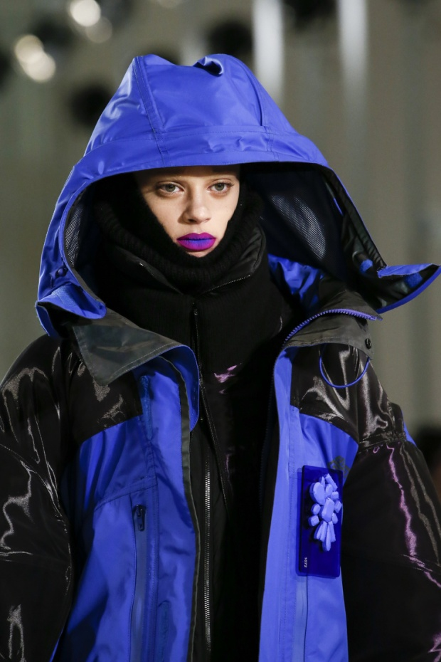 Hòa cùng sắc tím đang gây bão năm nay, thương hiệu Maison Margiela lăng-xê cách son môi ombrey tím lạ mắt.