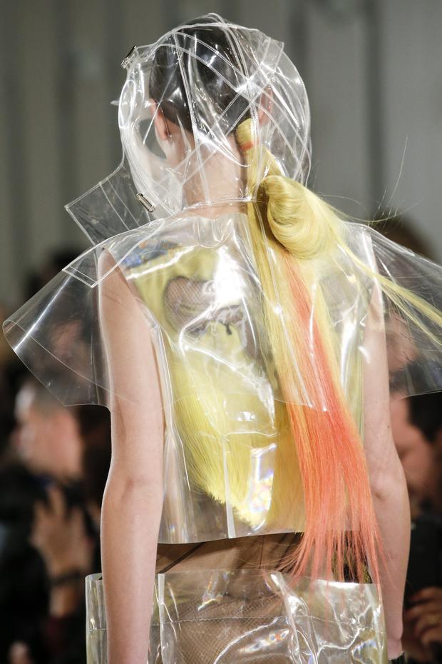 Ngoài ra, việc sử dụng quá nhiều chất liệu từ sợi nilon cũng đang đi ngược với tinh thần bảo vệ môi trường, dùng các loại vải sợi thiên nhiên mà giới thời trang đang hướng đến.
