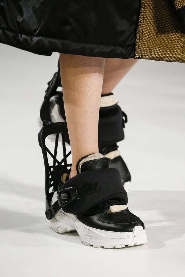 Đôi giày với phần đuôi được tạo theo phom dáng 3D lạ mắt.