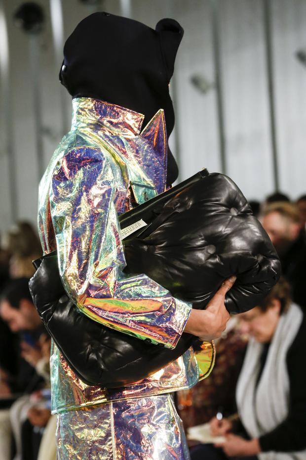 Hoặc túi ôm to bản, được xử lí chần bông lạ mắt lấy ý tưởng từ…đệm ngồi xe hơi.