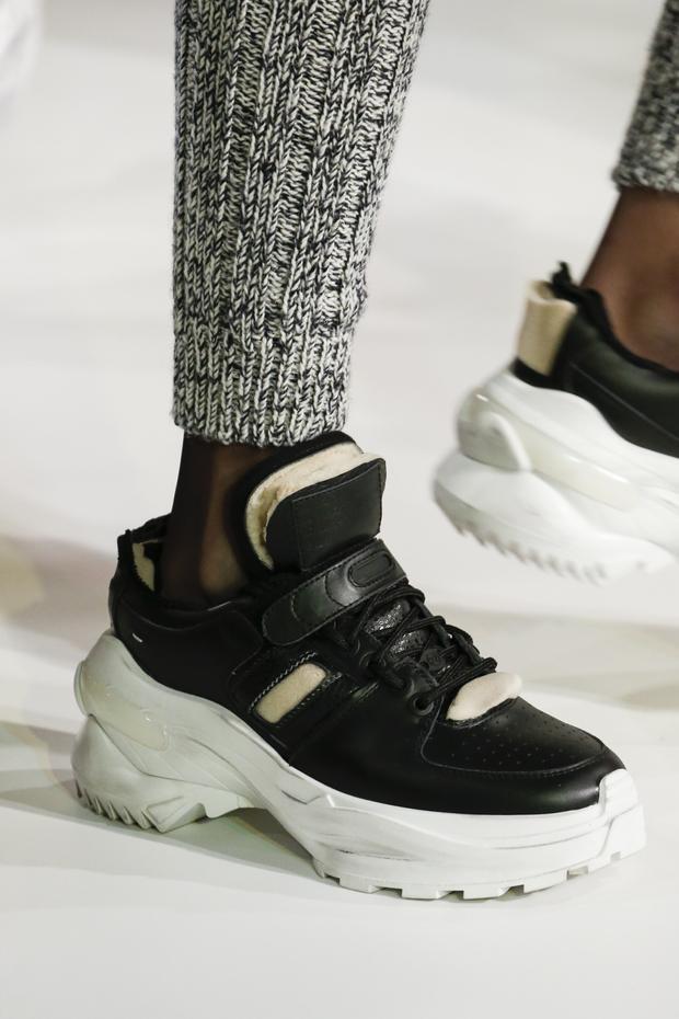 """Tuy gây nhiều tranh cãi vì khiến người mang mất đi nét thanh lịch, nhưng những đôi giày xấu xí - ugly shoes vẫn đang là kiểu sneaker """"hot"""" nhất trong năm 2018 này."""