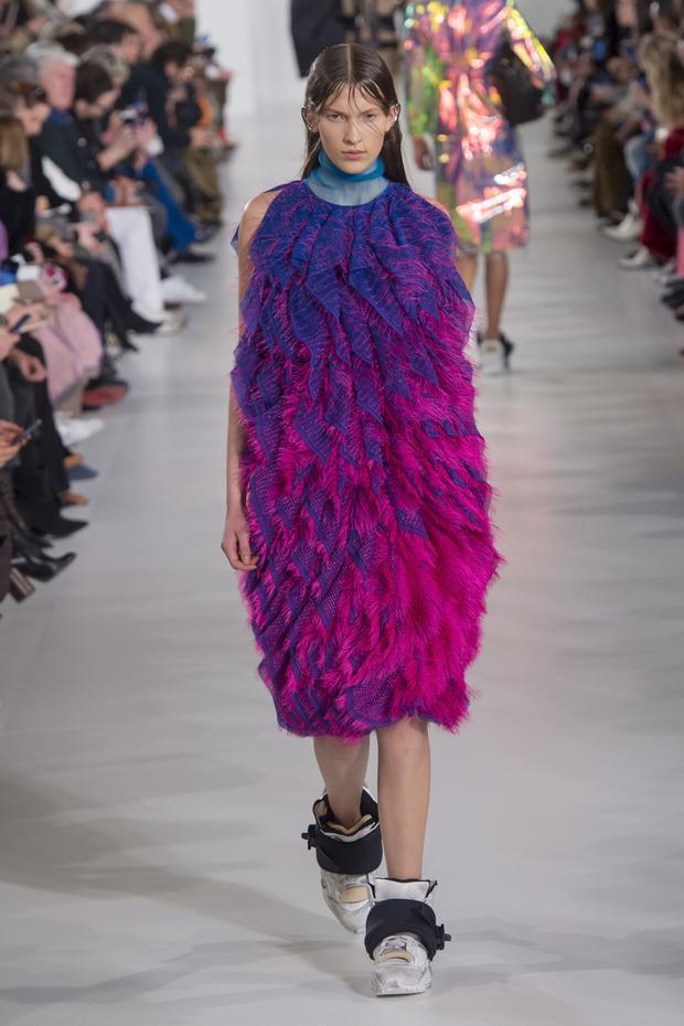 Một thiết kế với lông vũ chuyển màu hồng, tím, đúng theo trend màu sắc năm nay.