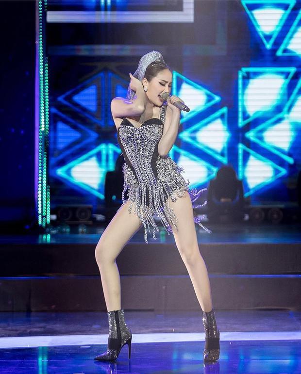 Trên sân khấu, cô cũng lột xác với những màn trình diễn táo bạo.