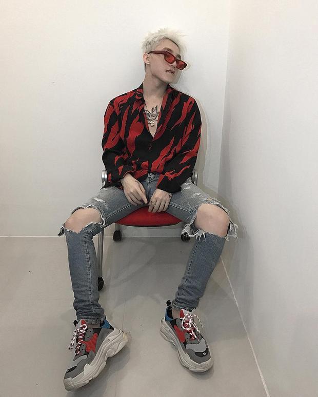 Trước đó, anh chàng từng diện đôi giày này với áo sơ mi đỏ của Saint Laurent. Chiếc áo đơn giản thực chất là một sản phẩm dành cho nữ có giá 13,5 triệu đồng.