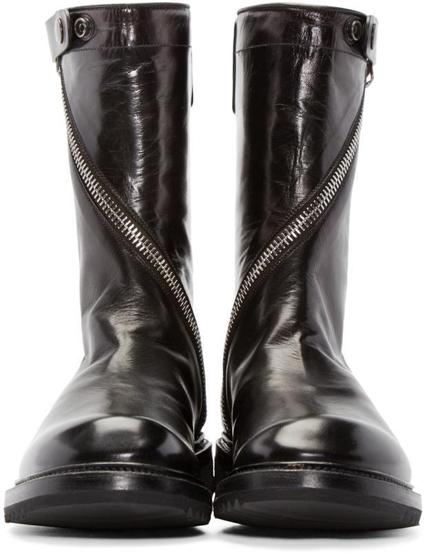 """Hay đôi boots cá tính, chất chơi mà anh chàng mang là một sản phẩm của thương hiệu Rick Owens, có tên gọi """"Limo Creeper"""". Đôi giày này có mức giá khá """"chát"""", tầm 39,5 triệu đồng."""