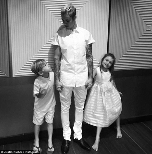 Những hình ảnh ấm áp bên các em khiến hình ảnh Justin đẹp hơn trong mắt người hâm mộ.