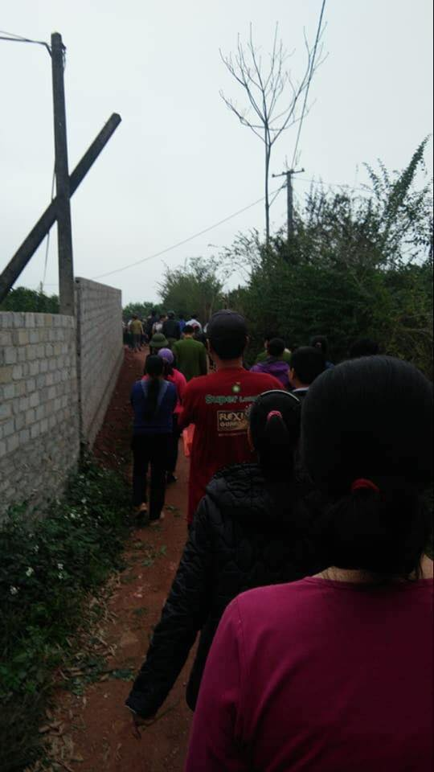 Rất đông người dân xung quanh tập trung tại nhà T.