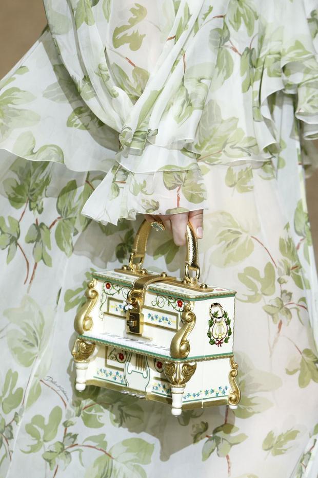 Những chiếc túi nhỏ mini tưởng đã bị thất sủng từ lâu thì lại quay trở lại cách mạnh mẽ vào mùa lạnh năm nay. Từ những thiết kế lộng lẫy, cầu kì…