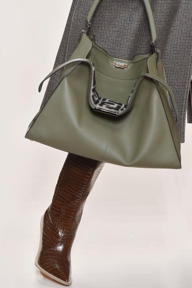 Mang phom dáng hình hộp cùng với những đường nét tối giản tưởng chừng cứng nhắc, nhưng không thể phủ nhận, những chiếc túi IT bag từ lâu đã là một items không thể thiếu của những cô nàng hiện đại, năng động.