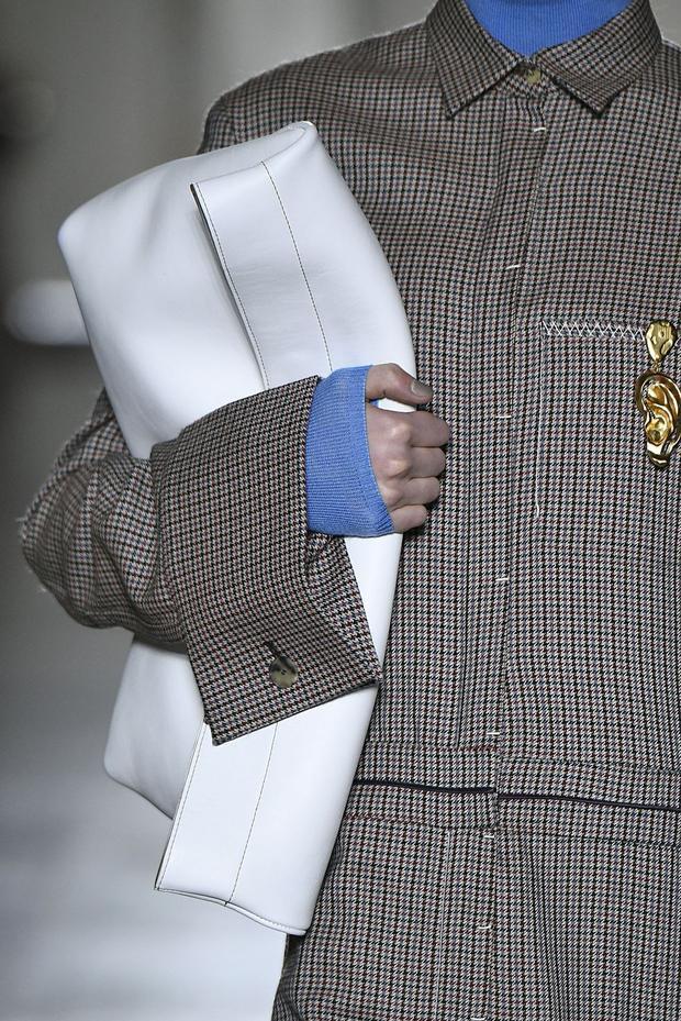 Một chiếc túi theo chủ nghĩa tối giản cùng gam màu trắng tinh khôi, hứa hẹn sẽ làm say lòng nhiều cô gái. Đây là thiết kế của thương hiệu Gabriele Colangelo.