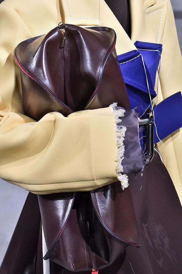 """Mùa thu, đông 2018 này, xu hướng túi bản to cắp nách đã trở lại một cách mạnh mẽ. Những chiếc túi với chất liệu da thuộc, kích thước lớn đủ để các cô nàng cất cả """"kho báu"""" được các thương hiệu lớn lăng-xê hết mực."""