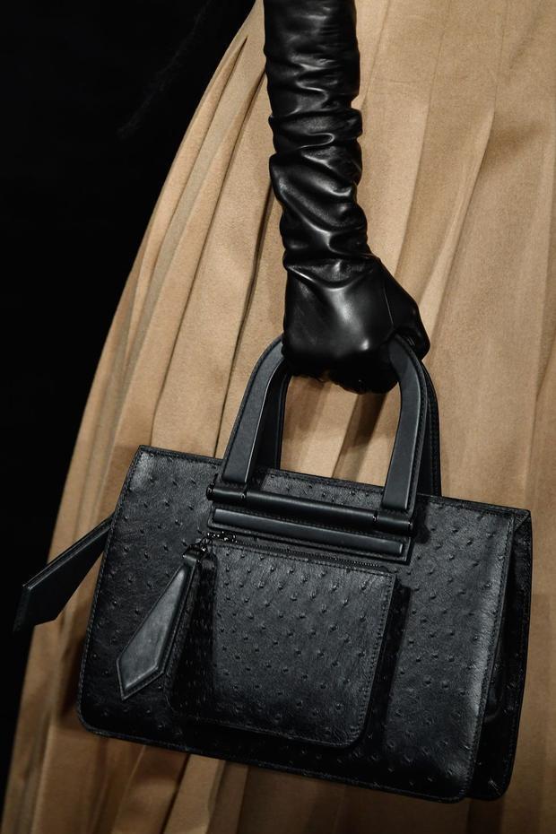 Những cô nàng ấy, họ cần một chiếc túi đủ đẹp để đến văn phòng, lại có thể phối cùng nhiều loại trang phục khác nhau, kích thước phải lớn để chứa được các vật dụng cần thiết. Tổng hợp tất cả những điều này, chiếc túi IT bag ra đời.