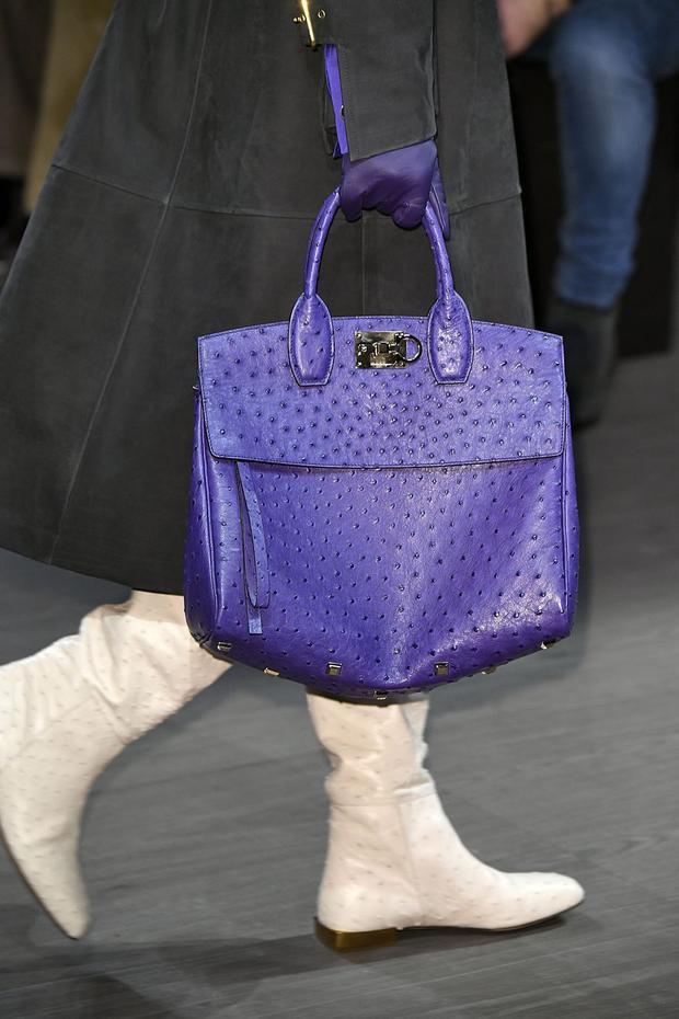 Nếu là một tín đồ thời trang thực thụ, bạn chắc chắn không thể bỏ qua mẫu túi da đà điểu, với gam màu tím mộng mơ trendy 2018 của Salvatore Ferregamo .