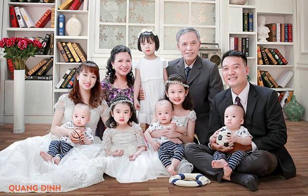 Vợ chồng chị Hằng với 5 nhóc tỳ chụp ảnh cùng ông bà nội. Ảnh: NVCC.