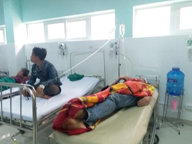Các nạn nhân trong vụ tai nạn đang điều trị tại Bệnh viện đa khoa tỉnh Kon Tum. Ảnh: P.A.