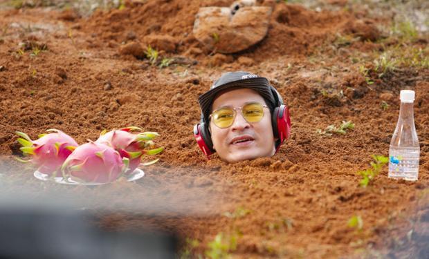 Huy Khánh, Kiều Minh Tuấn bị chôn vùi dưới đất gần 1 giờ để thực hiện cảnh quay