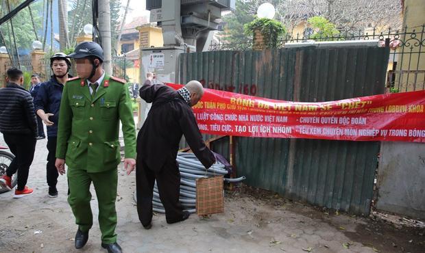 Cựu còi vàng Dương Mạnh bị công an bắt gỡ băng rôn vì vi phạm pháp luật. Ảnh: VTC News