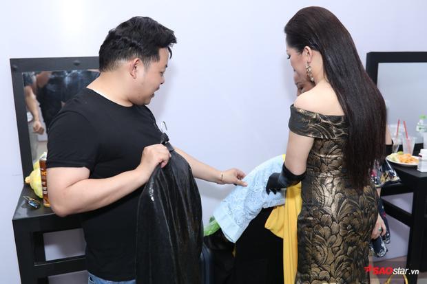 HLV Quang Lê cùng Như Quỳnh lựa chọn những bộ trang phục phù hợp với phần thi của đội mình.