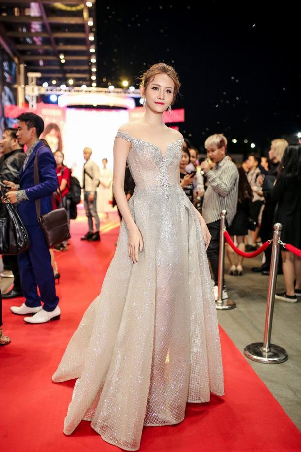 Trương Mỹ Nhân lộng lẫy trong chiếc váy công chúa lấp lánh.