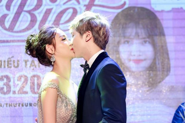 Cả hai hôn nhau trước mặt hàng trăm khách mời.
