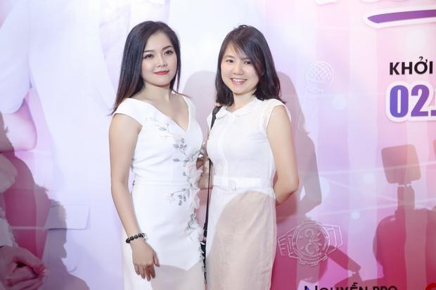 """Hai """"mẩu"""" của nhóm Mắt Ngọc năm xưa: Thanh Ngọc và Ngô Quỳnh Anh đã tái ngộ tại sự kiện."""