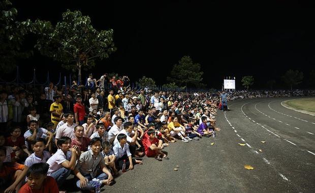 """Sân VDĐ Bình Phước """"vỡ"""" khi HAGL mới đây đến đá giao hữu."""