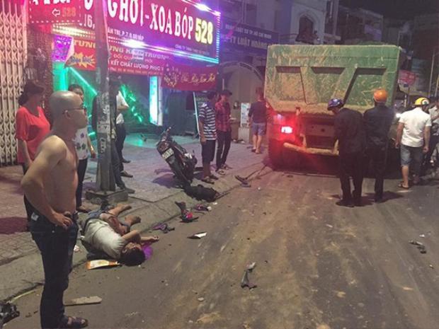 Nhiều nạn nhân bị thương nằm la liệt trên đường.