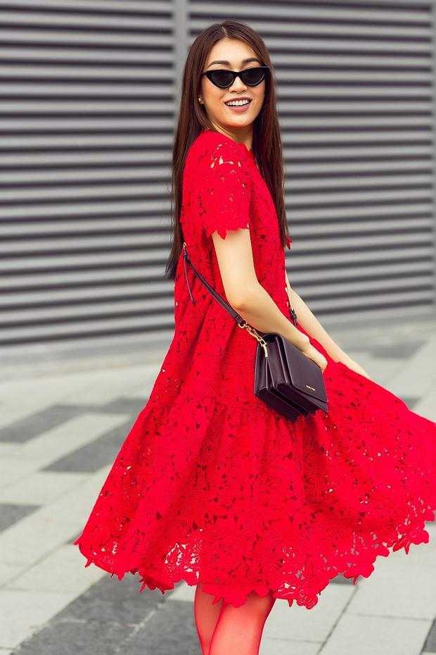 Người đẹp mang đến màu sắc mới cho thiết kế khi phối cùng túi đeo chéo của Furla, giày cao kết hợp cùng tất da đồng điệu sắc đỏ. Đây là một trong những thiết kế bán chạy nhất những năm qua của Đỗ Mạnh Cường bởi tính đơn giản, sang trọng, hợp mốt