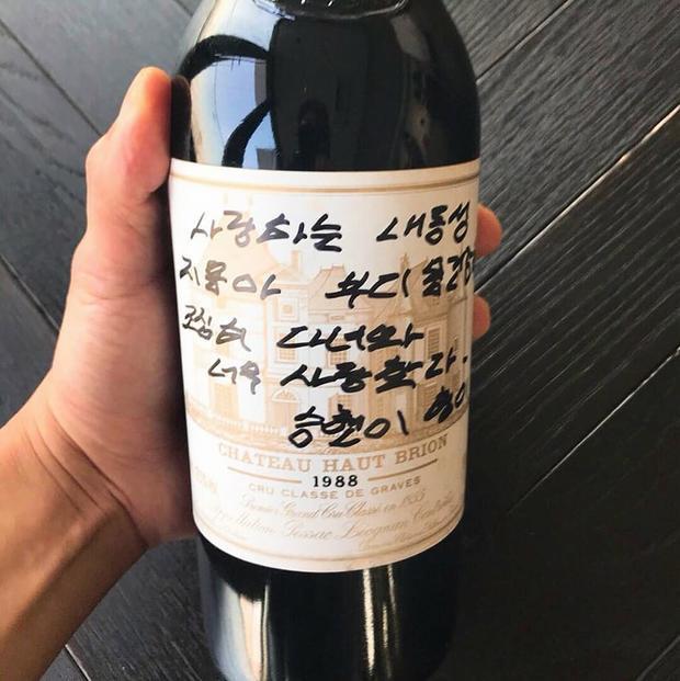 T.O.P đã tặng G.D chai rượu kèm lời nhắn cảm động trước ngày đứa em thân yêu nhập ngũ.