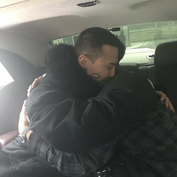 Hai anh em tình cảm ôm nhau trước ngày G.D nhập ngũ.