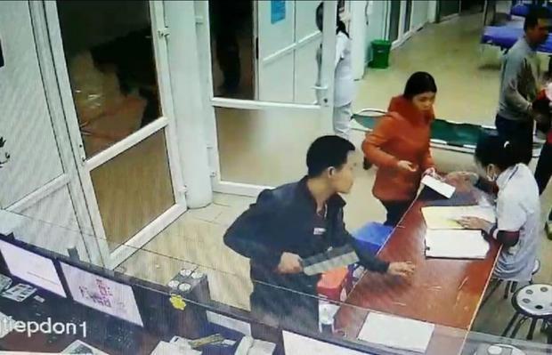 Nam thanh niên vác dao đòi chém bác sĩ vì muốn tháo đốt tay không thành.
