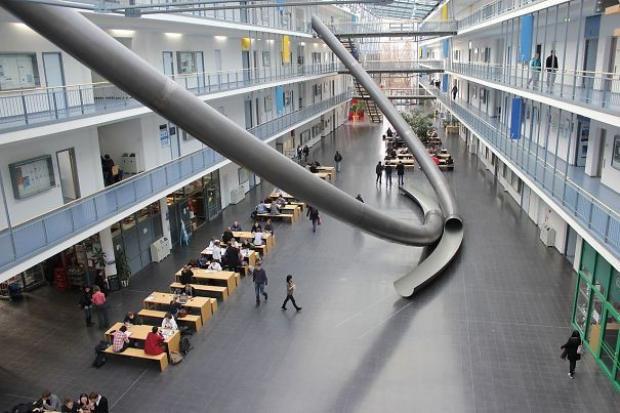Đại học Kỹ thuật Munich, Đức đặt ống cầu trượt trong các tòa nhà để sinh viên có thể di chuyển từ các tầng cao xuống tầng thấp hơn một cách nhanh chóng.