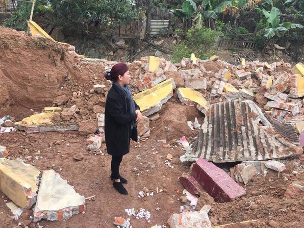 Chị Ngần không hài lòng cho biết, gia đình không được xã thông báo về việc di dời mộ.