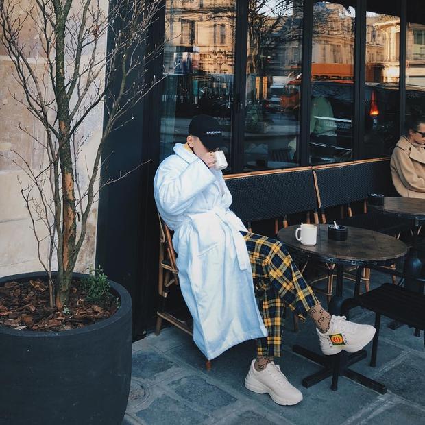 """Decao không hỏi danh là một trong những fashionista nổi tiếng với gout thời trang siêu chất. Đôi sneakers của Gucci được khá nhiều sao nam khác như Đức Phúc, Sơn Tùng yêu thích quả là vô cùng hợp với set đồ """"chất chơi"""" của Decao."""