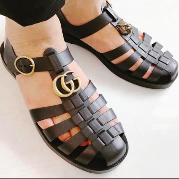 Đôi sandal có thiết kế lấy ý tưởng từ những đôi giày chiến binh với chi tiết đan đối xứng. Trên thân giày được đính logo của nhãn hàng và khóa gam màu vàng đồng tăng thêm sự sang trọng cho item này.