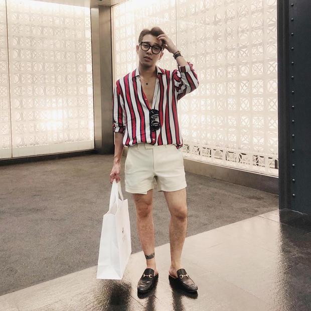 Set đồ gồm áo sơmi kẻ sọc cùng quần short màu kem của stylist Hoàng Ku được khá nhiều chàng trai học hỏi. Trông anh chàng vừa rất sang chảnh nhưng là không kém phần trẻ trung, trendy.