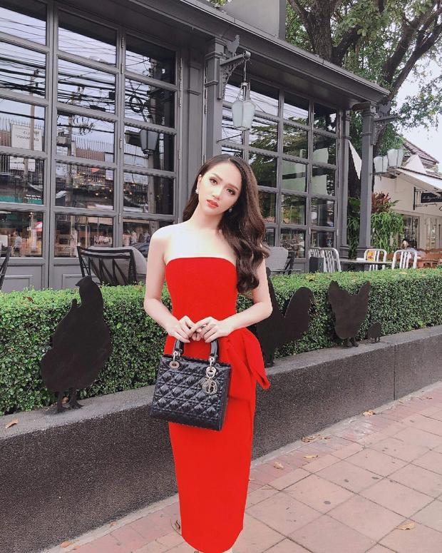 """Hương Giang Idol với đầm đỏ đơn sắc cùng túi xách Dior sang chảnh khiến cô """"nổi bần bật"""" dù không quá cầu kì. Với cách make up ngọt ngào khiến cho mỹ nhân khoe trọn vẹn sự rạng rỡ của mình trên đất bạn."""