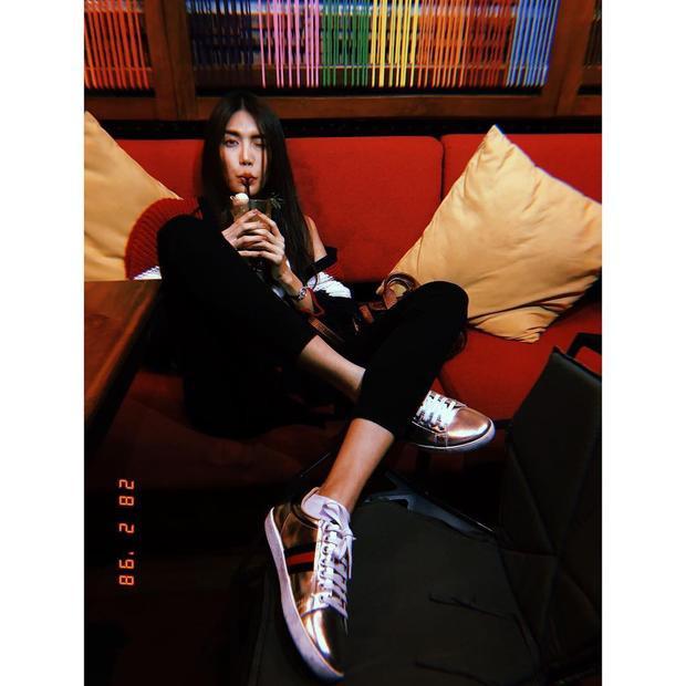 Lan Khoe khoe vóc dáng cò hương đáng ngưỡng mộ bên set đồ năng động. Đôi giày đình đám của nhà mốt Gucci có lẽ là một trong những item khiến nàng mẫu yêu thích nhất.