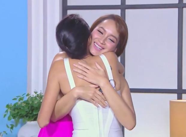 Đã bị loại mất thí sinh mà Bee còn phải tươi cười ôm Sonia?